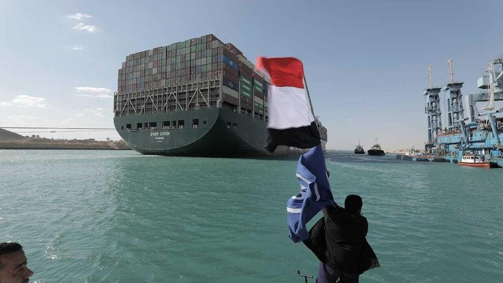 Dröjer innan grundstött fartyg får lämna Egypten