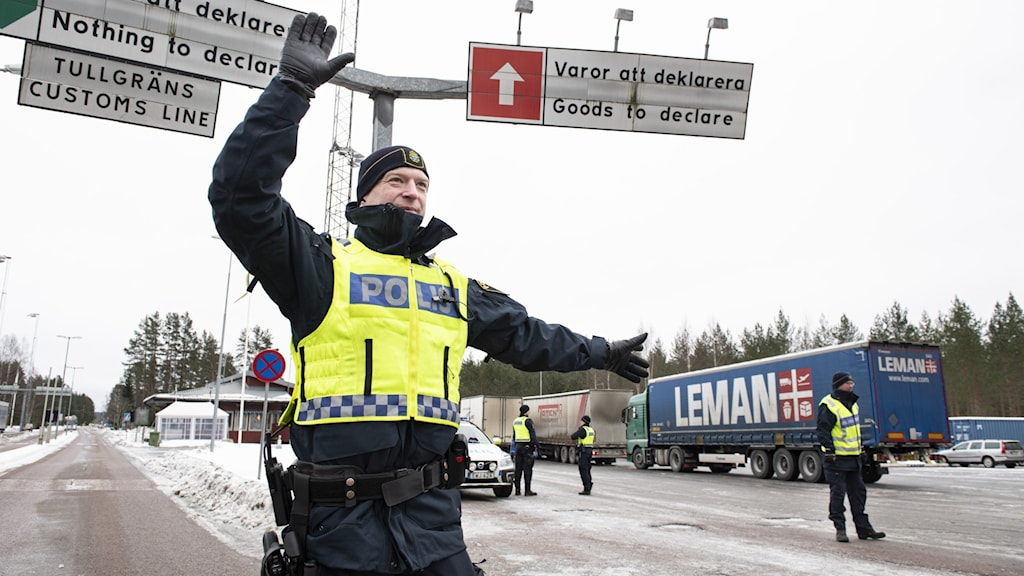Gränsvakt gestikulerar vid norska gränsen.