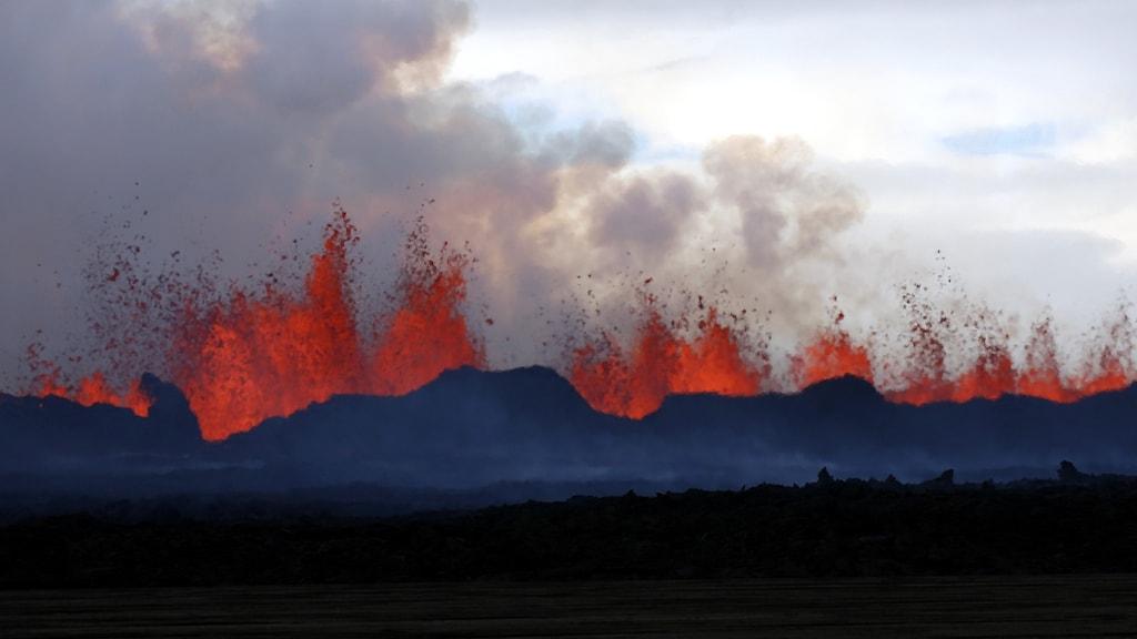 En vulkan som sprutar lava.