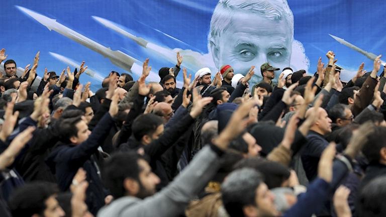 Deponstranter protesterar mot att USA dödat den iranske generalen Qassem Soleimani i Tehran.