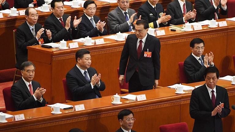Kinas premiärminister Li Keqiang på väg till talarstolen.