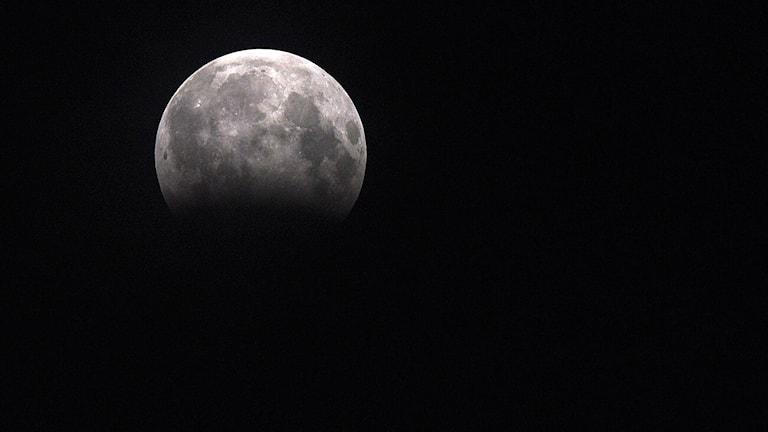 Måne med partiell månförmörkelse
