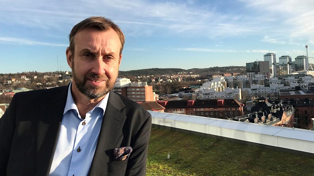 Johan Trouvé, Västsvenska handelskammaren, står med utsikt över centrala Göteborg
