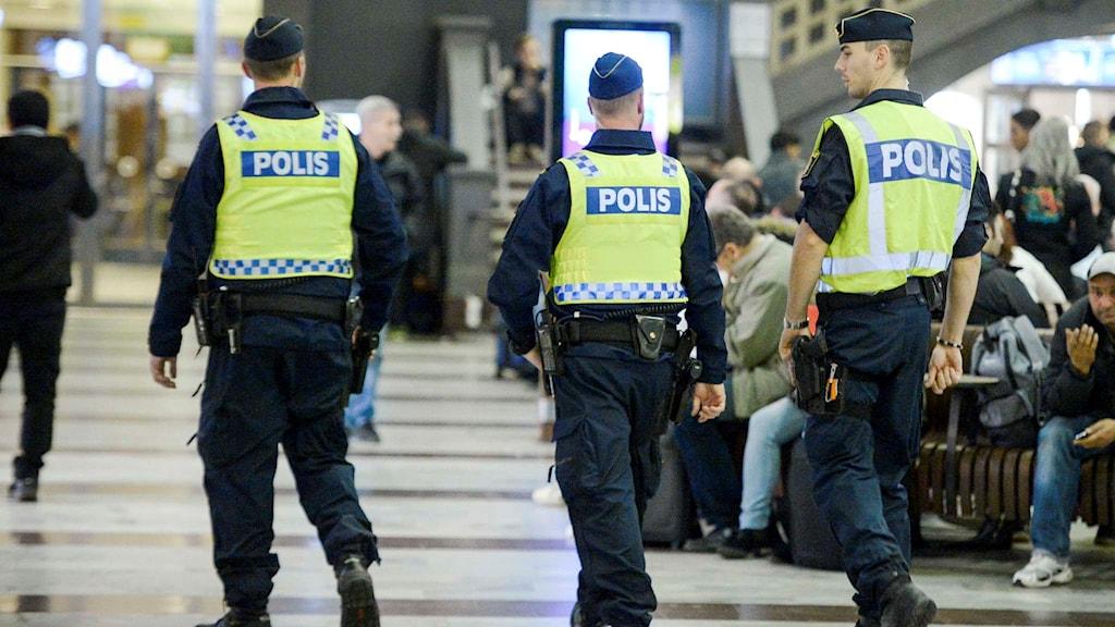 Tre poliser.