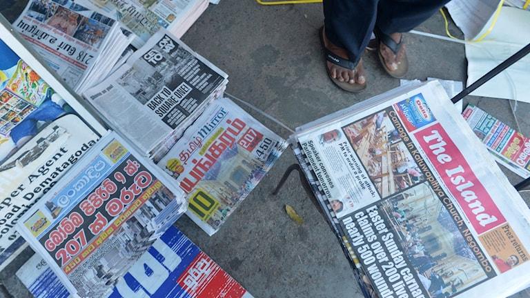Lankesiska tidningar visar bilder från bombdåden på påskdagen.