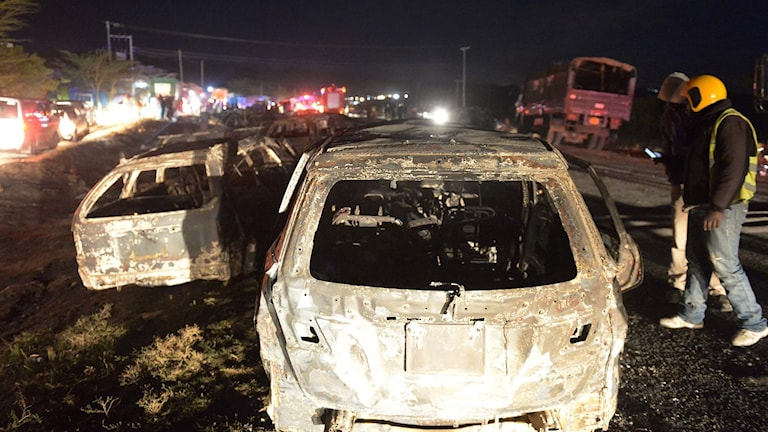Bilar som skadats när tankbil exploderade.