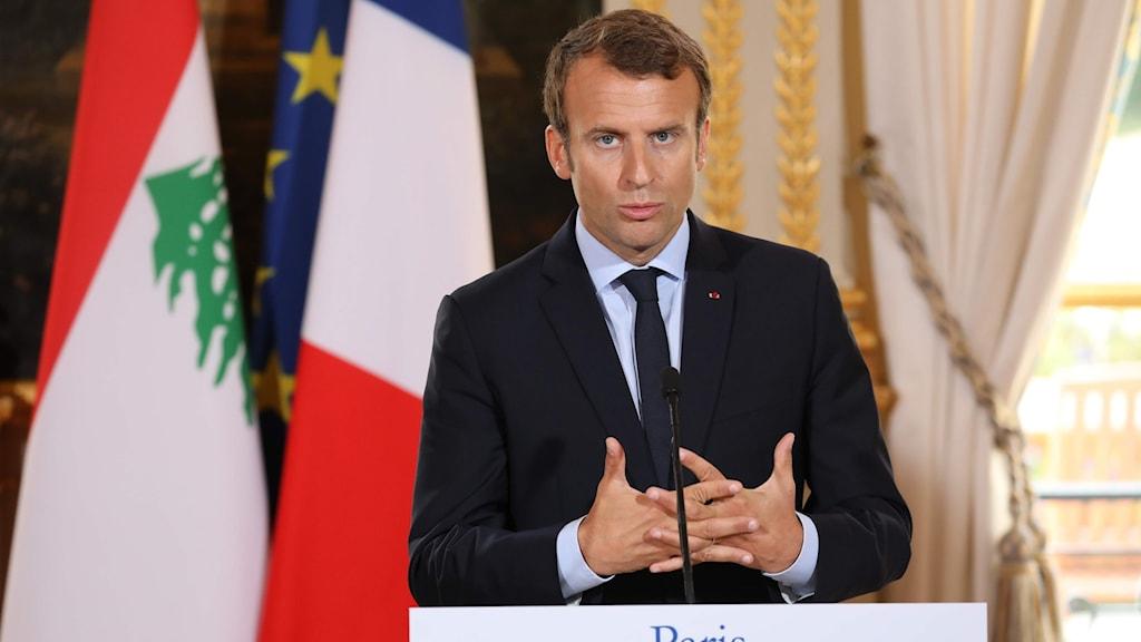 Macron pratar på en presskonferens