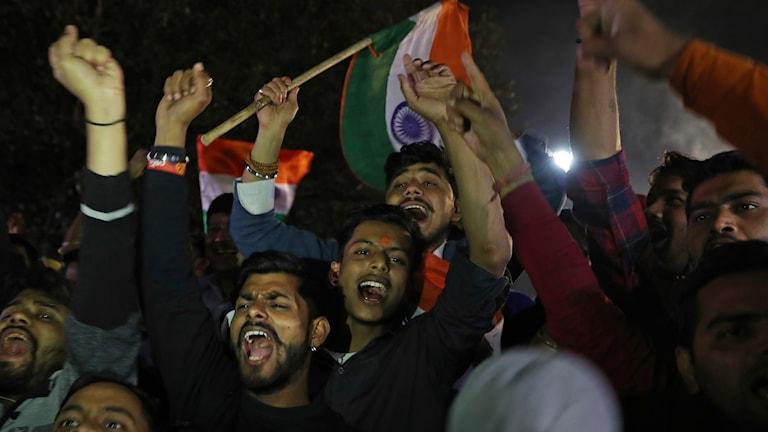 Anängare av Indiens regeringsparti firar när de nåtts av nyheten att indisk militärflyg har bombat i Pakistan.