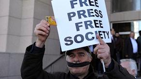 Turkiska journalister protesterar mot tillslag mot och fängslande av journalister.