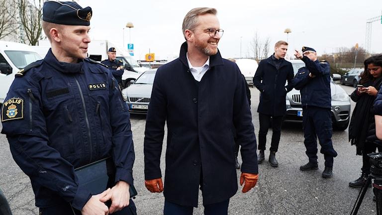 Polisen förevisar kameraövervakningen i Rosengård för Inrikesminister Mikael Damberg