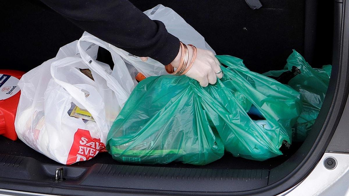 Plastpåsar i baggaget på en bil