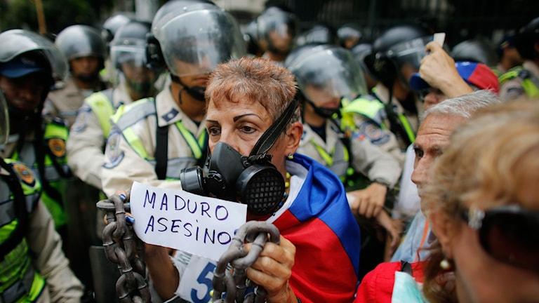 Maduro mördare står det på lappen som en av de som protesterade höll upp.