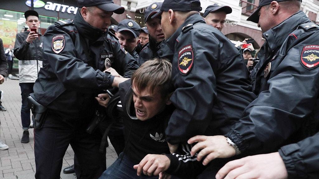 Man grips av rysk polis.