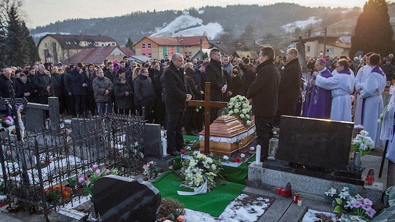 Vänner och släktingar till den mördade journalisten Jan Kuciak har samlats vid hans begravning.
