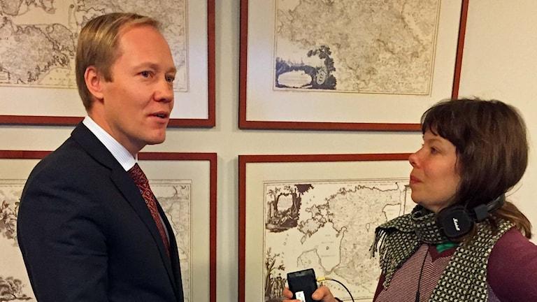 Paul Teesalu, politisk chef Estlands utrikesministerium och Sveriges Radios korrespondent Thella Johnson.