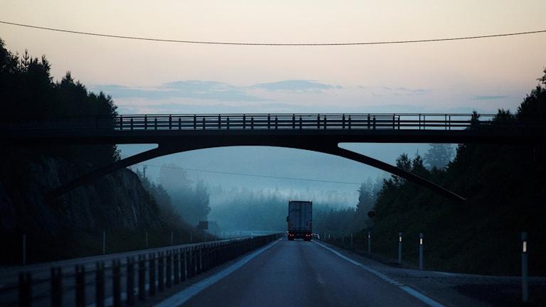 En lastbil kör i mörkret på E4 vid Höga kusten.