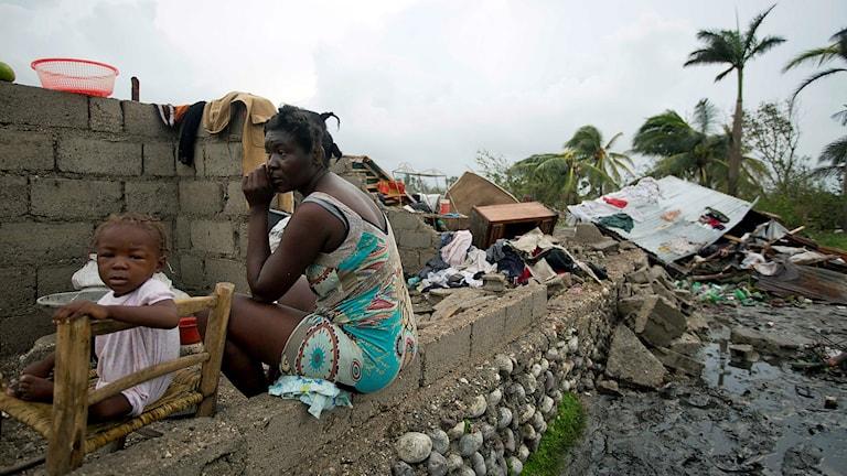 Förödelse i sydvästra Haiti efter orkanen Matthew. Victor Farah och hennes dotter i resterna av sitt hus i Les Cayes.