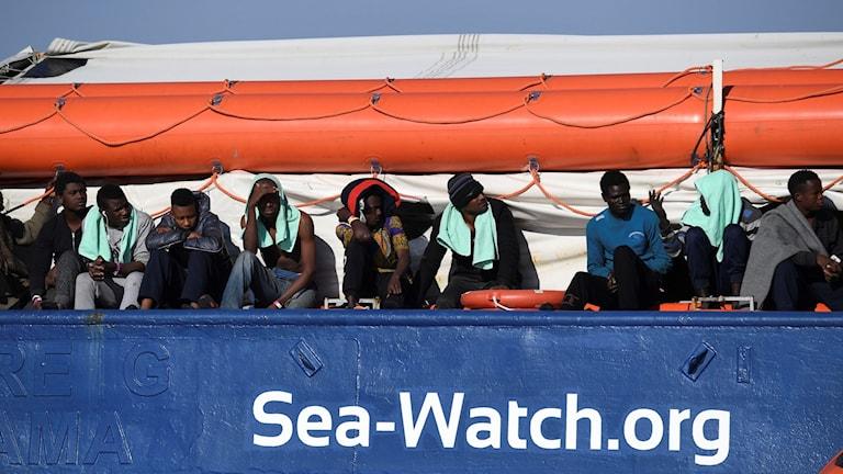 Migranter väntar ombord på Sea Watch 3. Foto: Salvatore Cavalli/TT.
