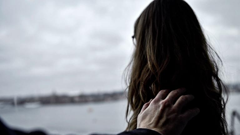 Sexuelle trakasserier kvinna man arm