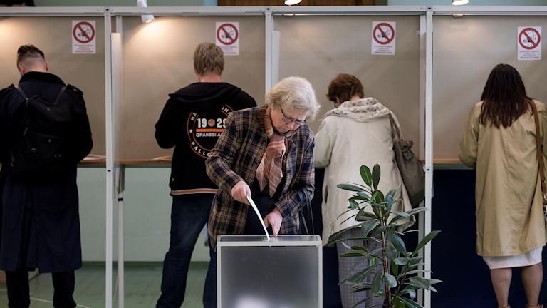Kvinna lägger sin röst i Litauen