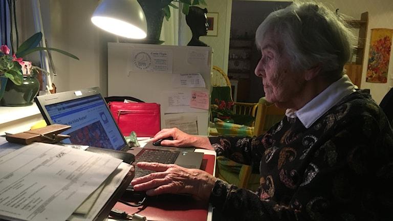 Birgit Bergkvist har tillgång till internet på sitt serviceboende. Fotograf: Maja Lagercrantz/SR