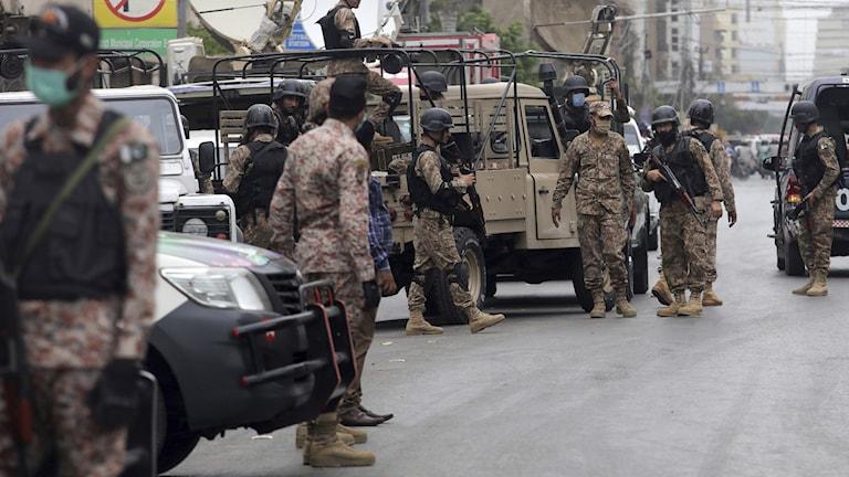 Soldater vid platsen för attack i Pakistan