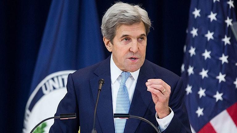 Kerry pratar vid ett podium