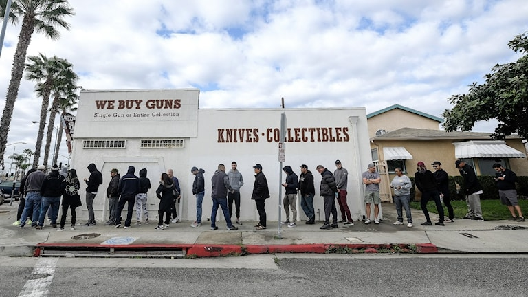 lång kö utanför vapenhandlare i USA