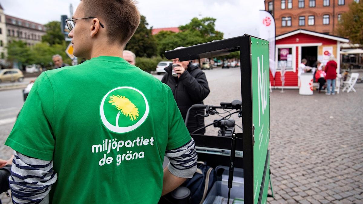 Miljöpartiets lådcykel och Socialdemokraternas valstuga på Möllevångstorget i Malmö