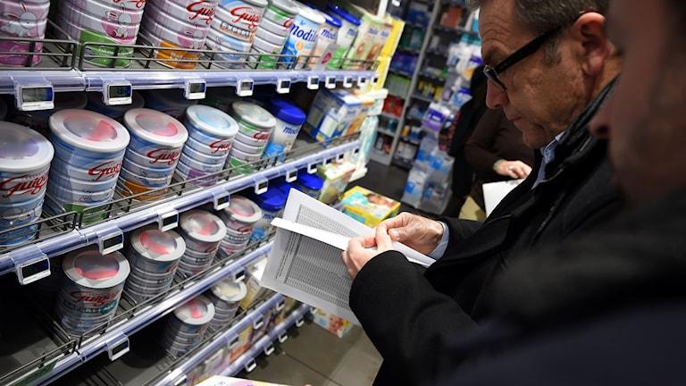Kontroll av mjölkprodukter till bebisar på ett apotek i Frankrike.