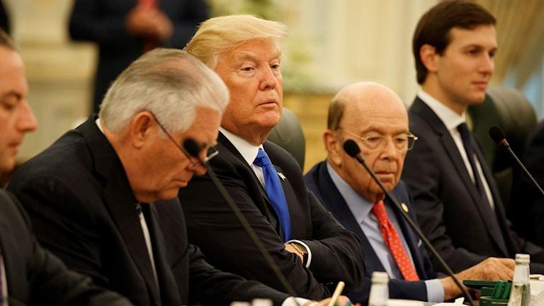 Wilbur Ross, till höger om Donald Trump.