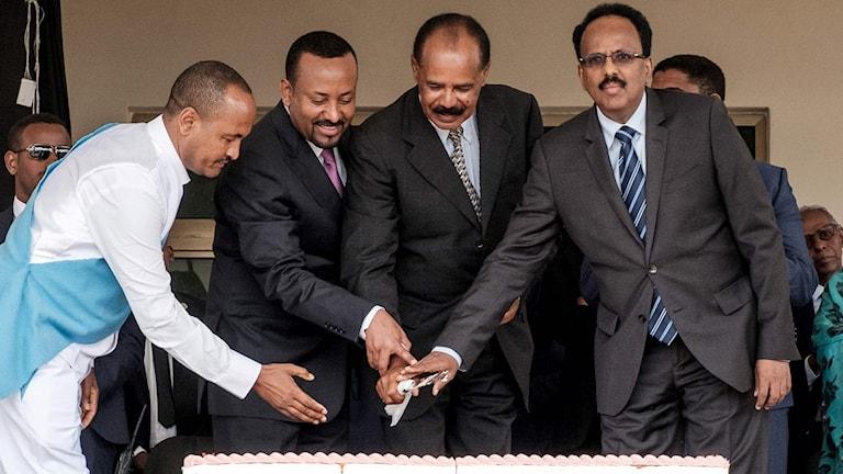 Eritrea's President Isaias Afwerki andra från höger, Etiopiens premiärminister Abiy Ahmed andra från vänster och Somalias president Mohamed Abdullahi Mohamed skär upp en tårta tillsammans under en ceremoni i norra Etiopien.