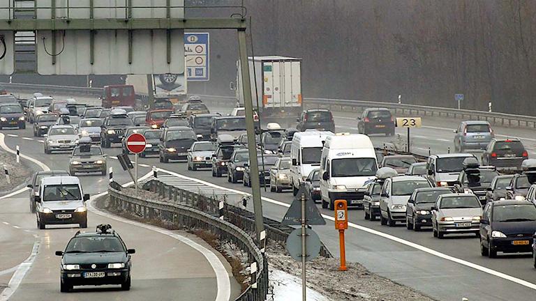 Bilar färdas på en tysk väg nära gränsen till Österrike.