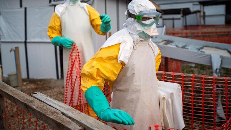 Sjukvårdspersonal arbetar på behandlingscentret i Beni.