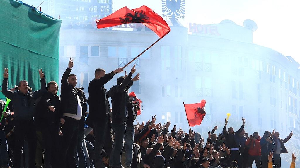 Albanska oppositionsanhängare demonstrerar mot regeringen utanför premiärministerns kontor den 16 februari. Fler protester väntas på söndag.