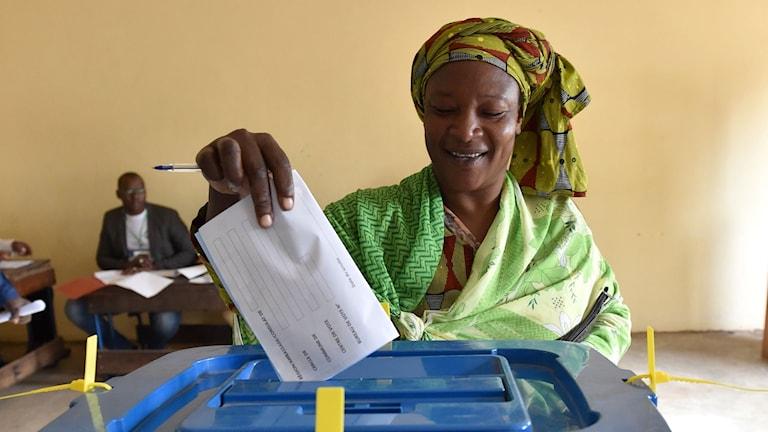 En kvinna som röstar under första valomgången i Mali