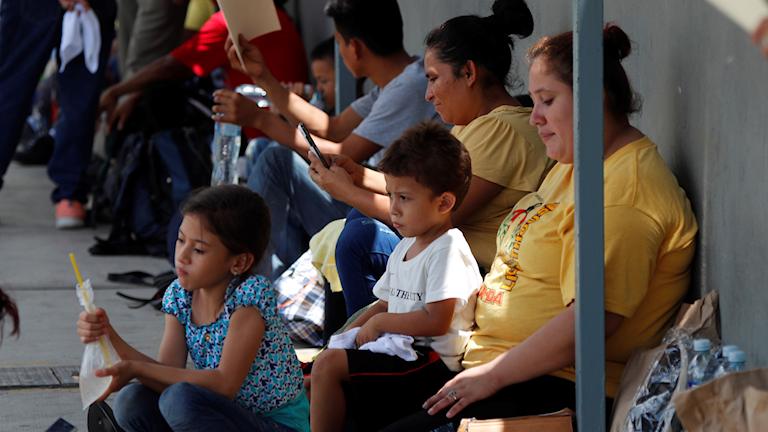 Flyktingar och migranter från Centralamerika på gränsen mellan Guatemala och Mexiko. Deras slutmål är USA, som vill tvinga Mexiko att stoppa dem.
