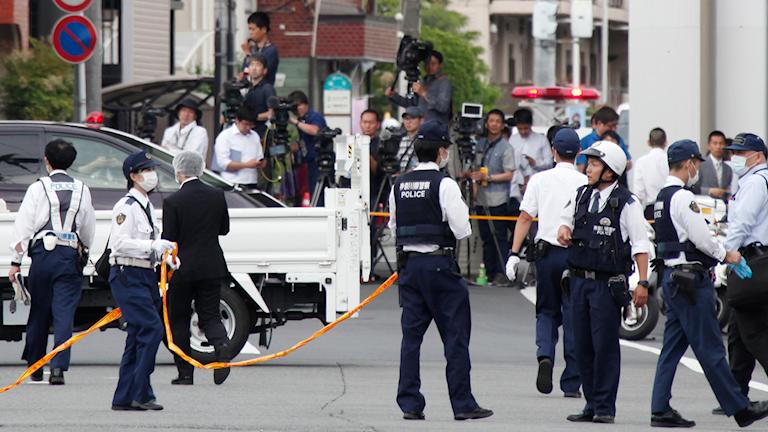 Polis arbetar vid platsen där knivattacken ägde rum.