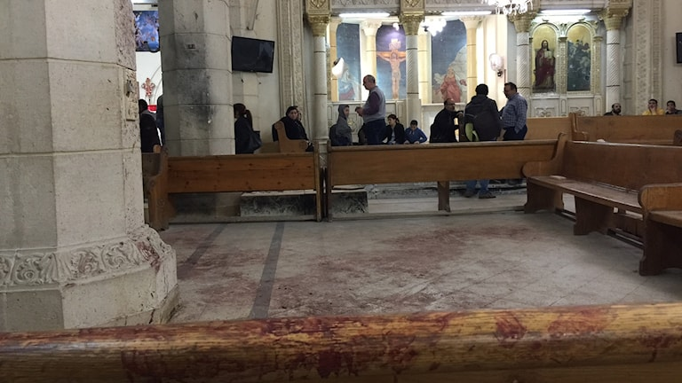 Golvet och kyrkbänkarna i Mar Girgis kyrkan i Tanta i Egypten är täckta av blod.