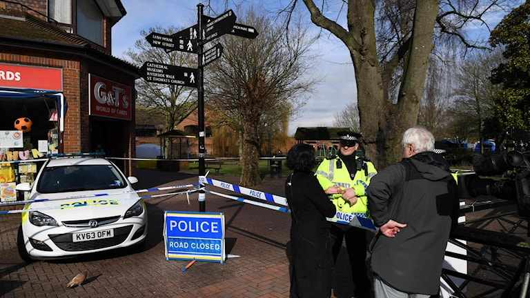 Polisen har spärrat av ett område utanför köpcentret där en före detta spion och hans dotter hittades medvetslösa, misstänkt förgiftade.