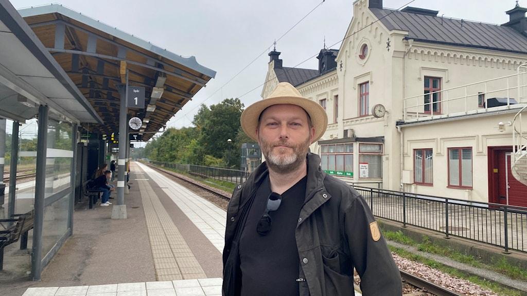 Per-Anders Staav är ordförande i pendlarföreningen i Mälardalen och bor i Enköping, han stå på stationen i Enköping