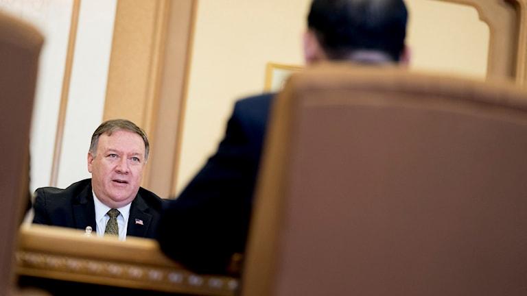 USA:s utrikesminister Mike Pompeo i samtal med en nordkoreansk representant.