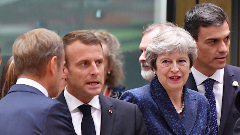 Frankrikes president Emmanuel Macron pratar med EU-toppmötets ordförande Donald Tusk. Till höger Storbritanniens premiärminister Theresa May och Spaniens premiärminister Pedro Sanches.