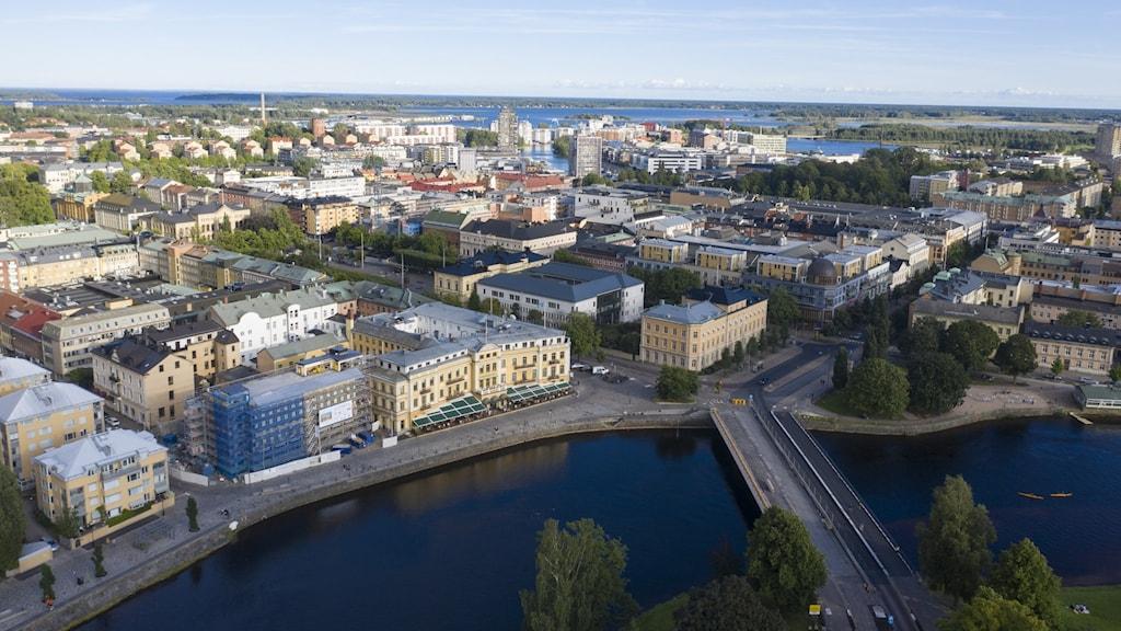 Flygbild över Karlstad bebyggelse och klarälven.