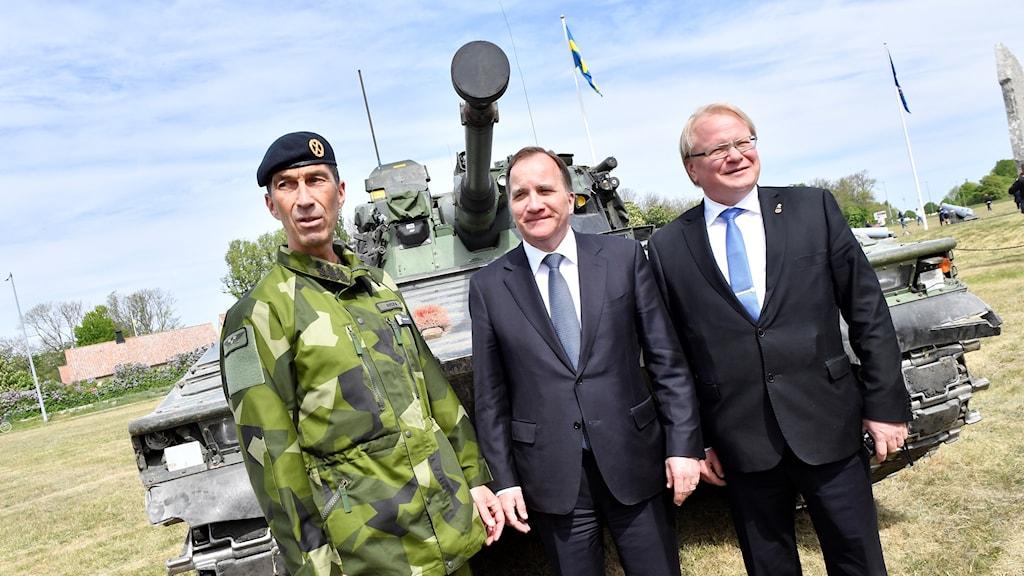 ÖB Micael Bydén, statsminister Stefan Löfven och försvarsminister Peter Hultqvist under invigningsceremoni Gotlands regemente P 18 i Visby.