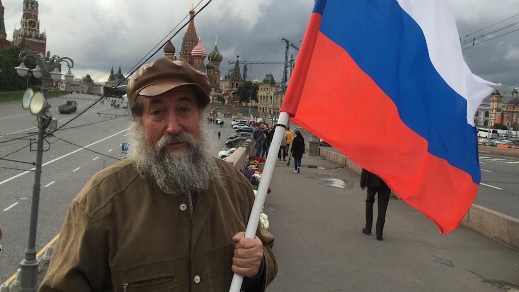Pensionären Grigorij Savsonov en av de frivilliga brovaktarna vid Boris Nemtsovs mordplats.