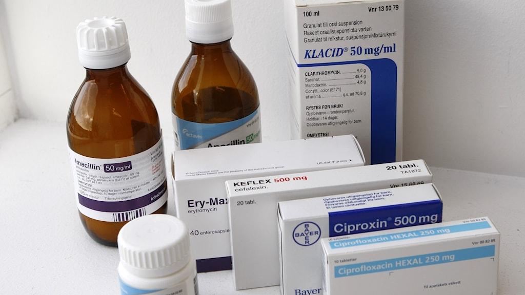 Flaskor och tablettburkar och förpackningar av olika sorters antibiotika.