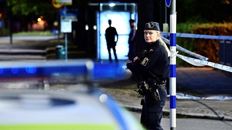 Polis och avspärrningar på den plats där en man sköts på torsdagskvällen. Foto: Johan Nilsson/TT.