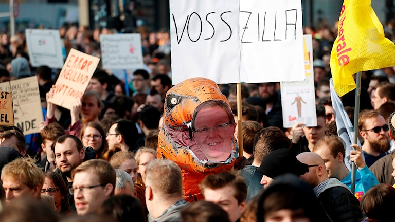 Demonstranter protesterar mot EU:s nya upphovsrättsregler, inför tisdagens omröstning.