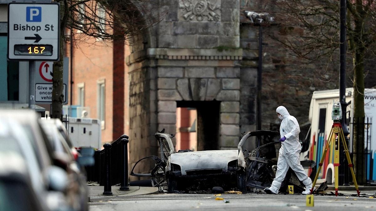 Tekniker i Londonderry undersöker exploderad bil.
